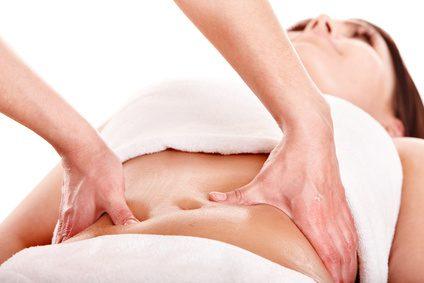 Massagem modeladora de abdome