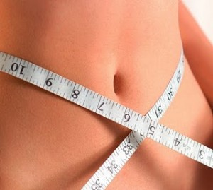 Mulher medindo abdome