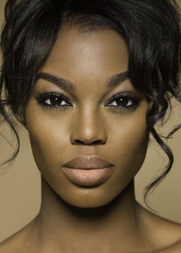 Mulher negra com lábios grossos