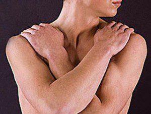 homem com braços cruzados