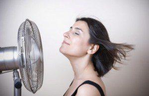 Mulher com o calor da menopausa