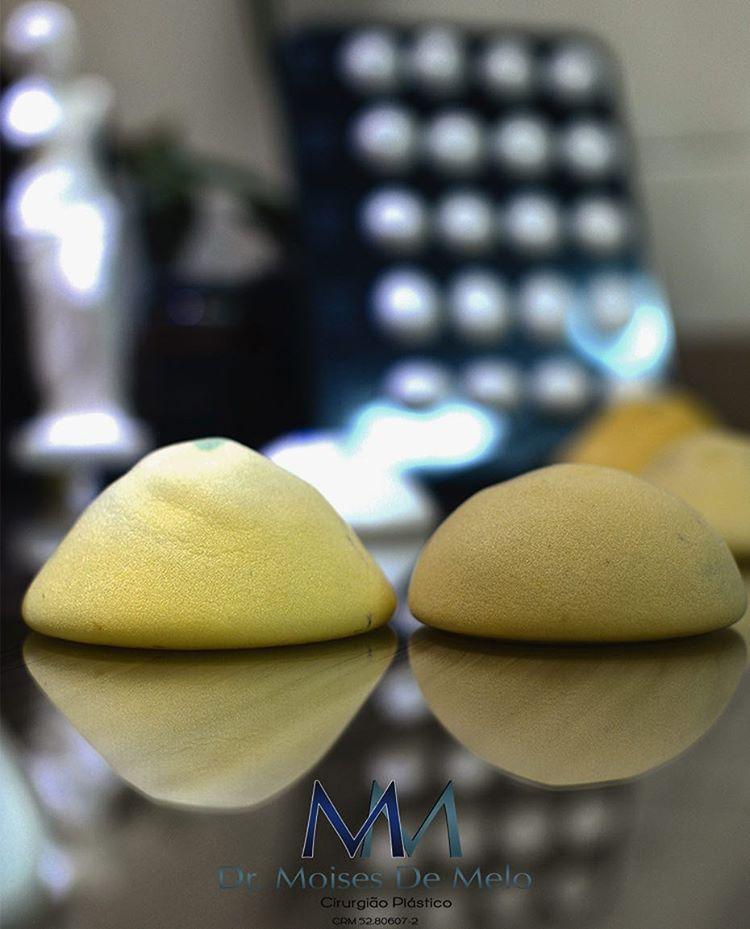Textura da prótese de silicone apalmando a prótese de silicone